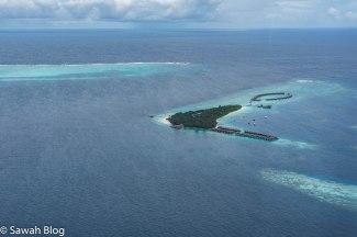 تستفيد المنتجعات من المياه الضحلة المحيطة بالجزر لتشييد غرف وفيلات فوق الماء